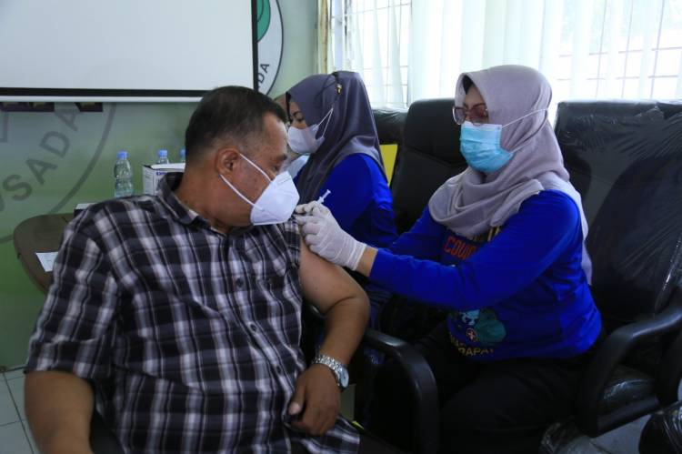 100 Orang Nakes Terima Vaksin Booster Moderna