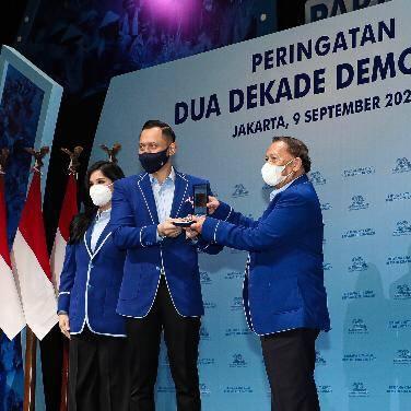 Disaksikan Puluhan Ribu Kader, Ketua Umum DPP Partai Demokrat Anugrahkan Penghargaan untuk 35 Senior Partai