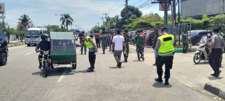 Brimob Polda Sumut Bersama Satgas Covid-19 Provsu Bagikan Masker di Kecamatan Medan Amplas