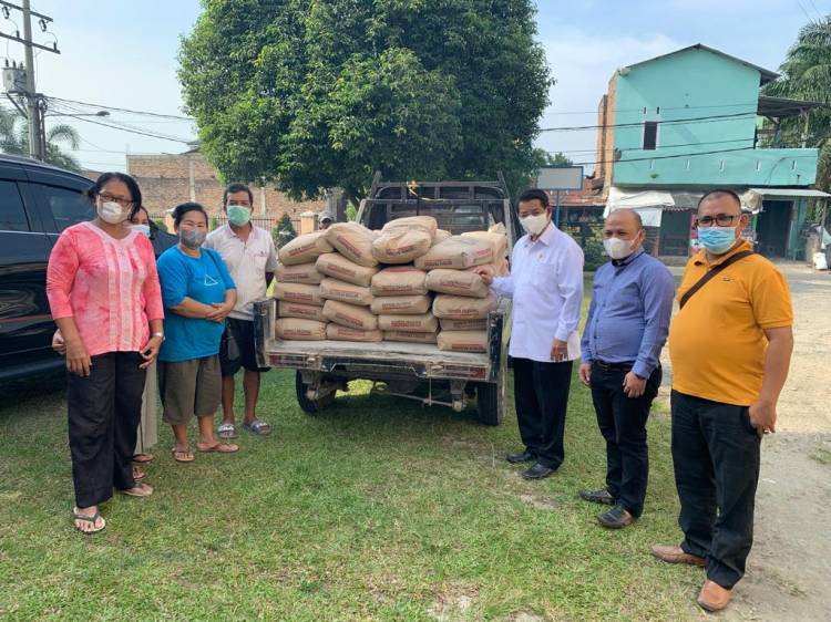 Dukung Pembangunan Gedung Sekolah Minggu, Senator Pdt Willem TP Simarmata Sumbang Semen